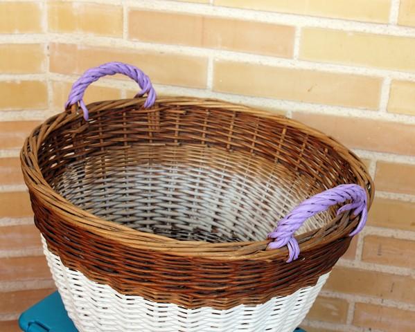 cesta de mimbre pintada
