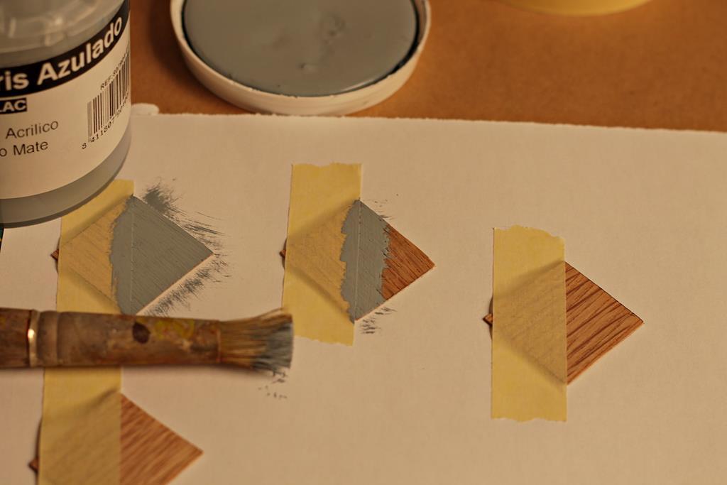 pintar la mitad de cada cuadrado de madera